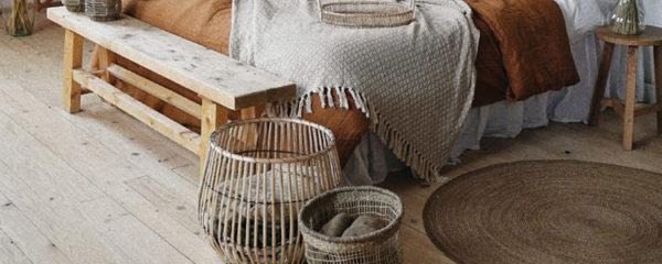 Photo d'un lit situé dans une chambre avec des accessoires berbères